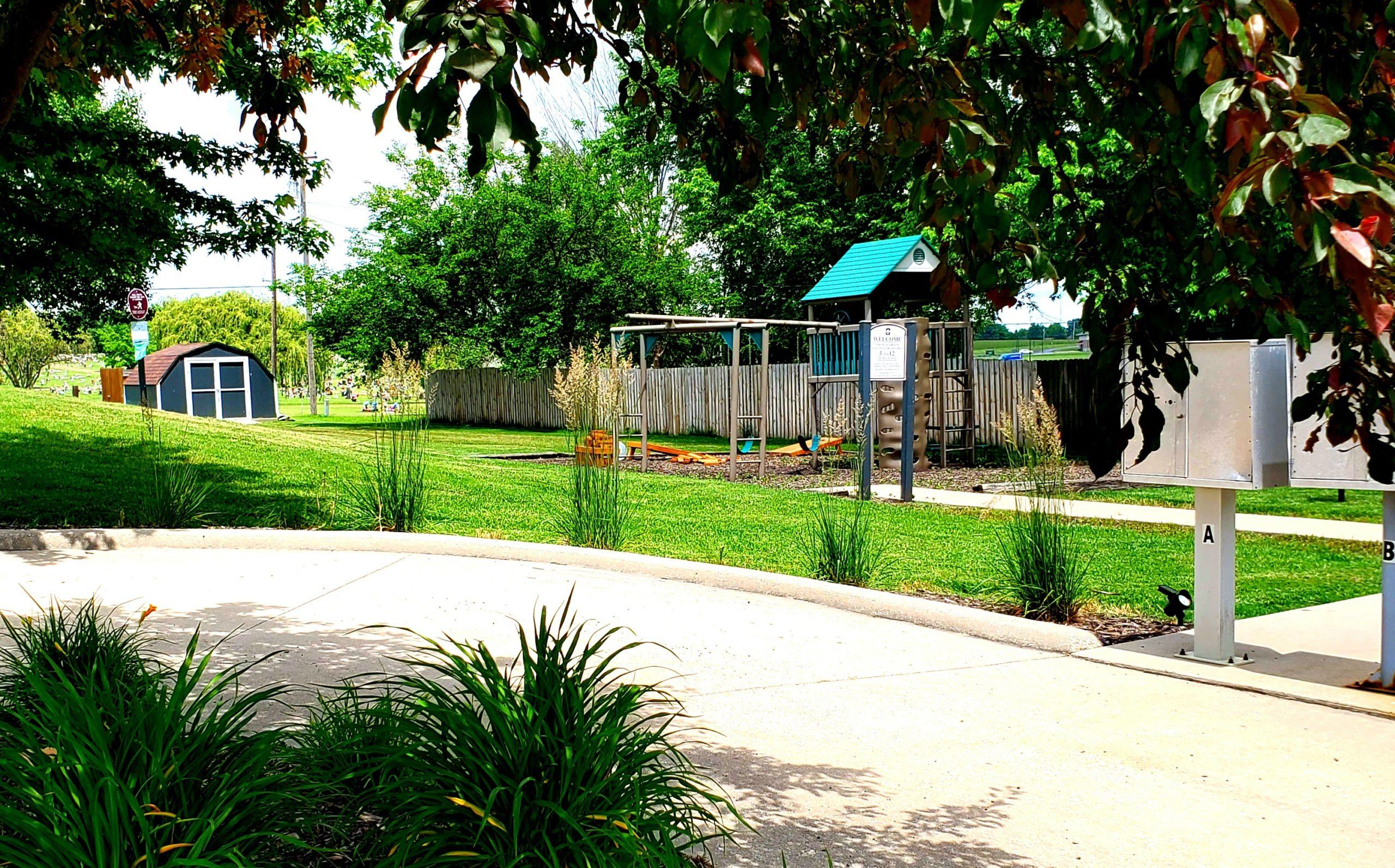 Parkford Apts Iola KS exterior courtyard