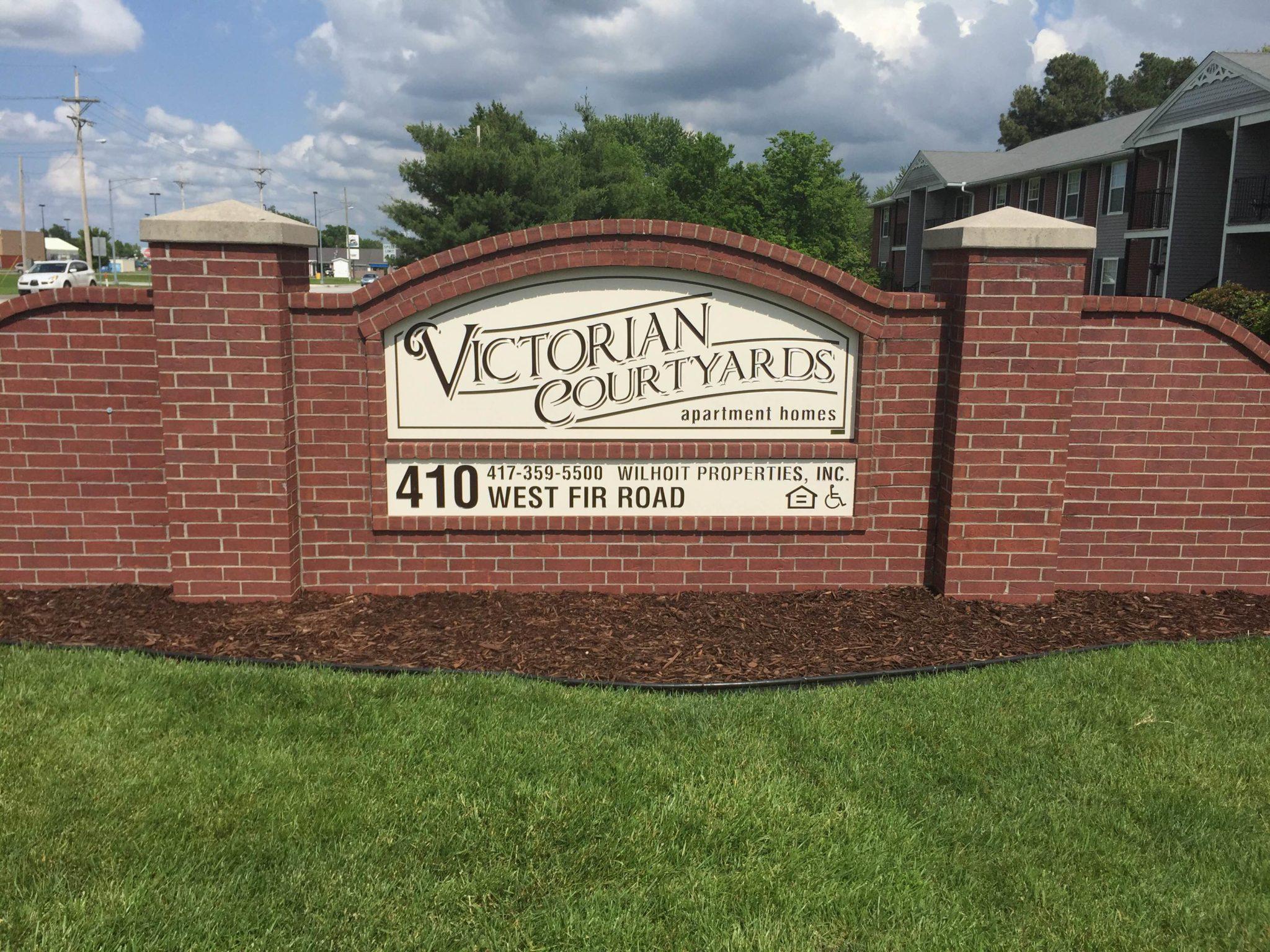 Victorian Couryard Carthage Missouri sign IMG_0123 (4)