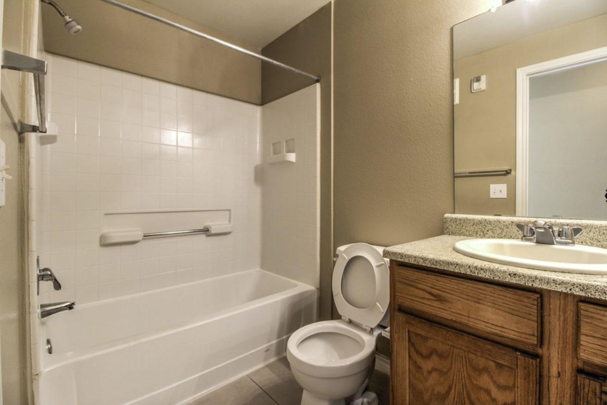 Madison Point Dallas TX bathroom 2